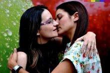 Monica-Oltra-y-Mireia-Molla-diputadas de compromis se besan en un portal homosexual
