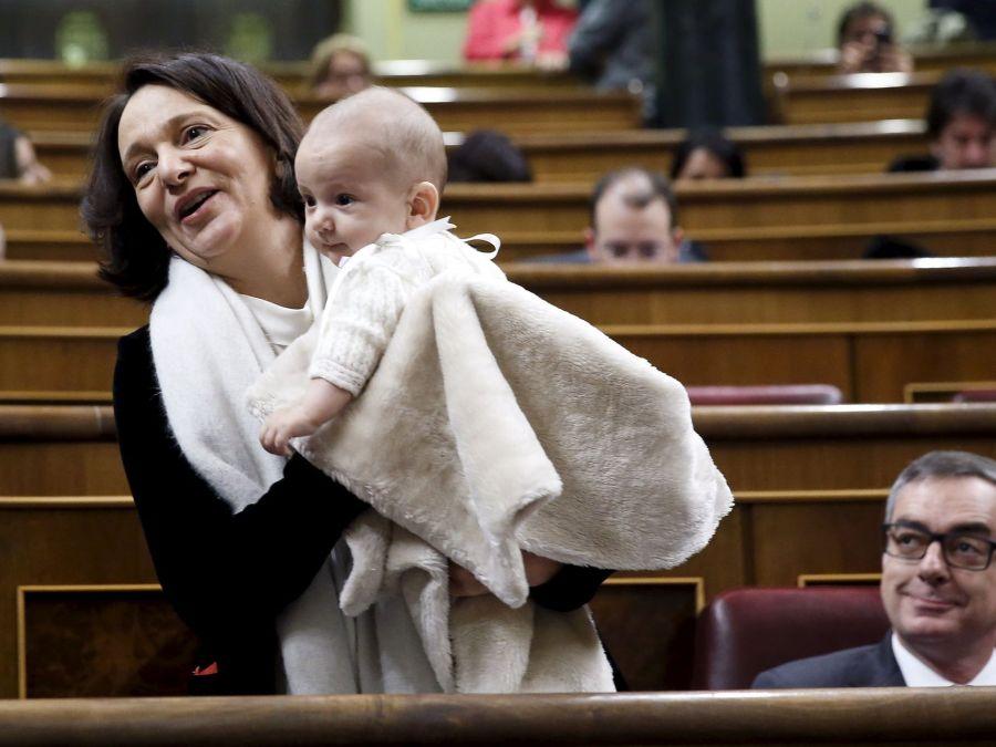 Carolina-Bescansa-sostiene-hijo-Diego